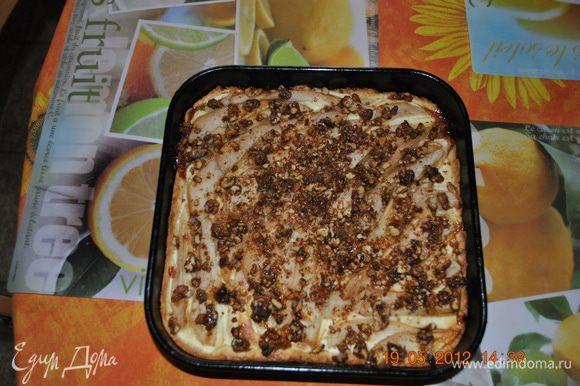 Поставить тарт в разогретую до 180 градусов духовку на 15 минут, когда бортики станут золотистыми и начнут подрумяниваться груши, достать тарт, выложить сверху порубленный крокант и поставить в духовку еще на 10-12 минут.