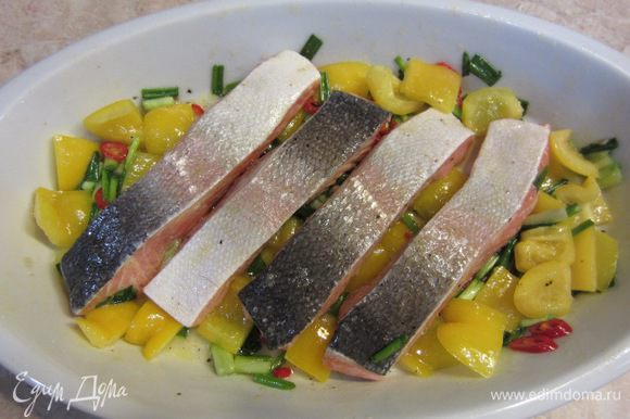 Теперь кусочки рыбы или целое филе хорошо перемешайте с маринадом в блюде, старайтесь очень тщательно это делать. Выложите кусочки или филе вверх кожей. Поставьте запекаться на верхнюю полку на 10-15 минут.