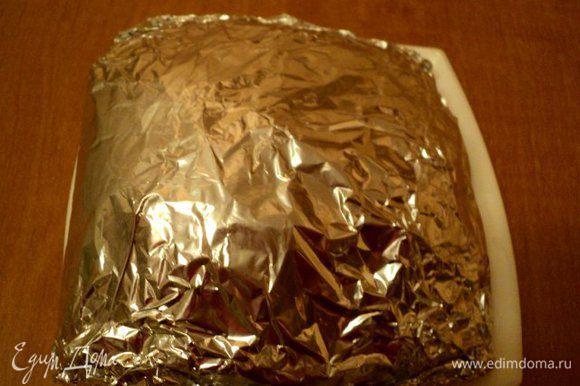 Завернуть мясо в несколько слоев фольги и положить в холодильник мариноваться не менее, чем на 6 часов.