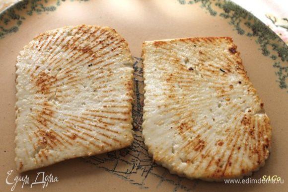 Адыгейский сыр порезать ломтиками толщиной 1 см. Обжарить на сливочном (оливковом) масле с двух сторон на хорошо прогретой сковороде, либо запечь на решётке. Посолить с одной стороны.