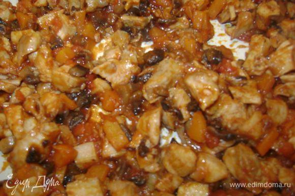 Приготовим начинку:Обжарить лук на сковороде,добавить грибы,чеснок,варенные куринные бедра(порезать на кубики),морковь и помидоры(тоже кубиками).Немного все обжарить,добавить томатного соуса, посолить,поперчить и еще немного потушить.