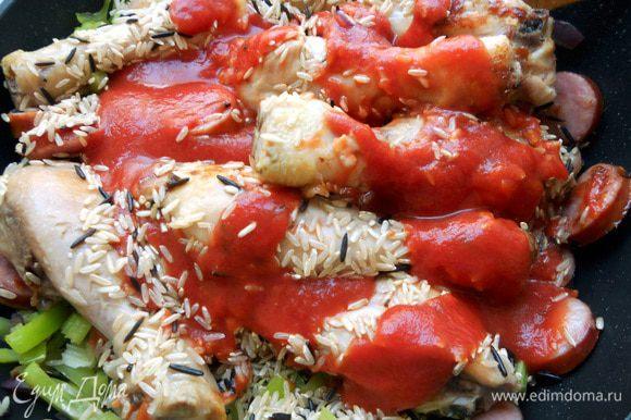 Добавить измельченные томаты (лучше даже томаты в собственном соку, без кожицы, но можно и протертые). Долить примерно 300-400 мл. воды (в идеале куриный бульон) - так, чтобы рис был покрыт жидкостью. Довести до кипения, после чего убавить огонь до минимума, и готовить, регулярно помешивая (можно под крышкой), подливая воду/бульон.