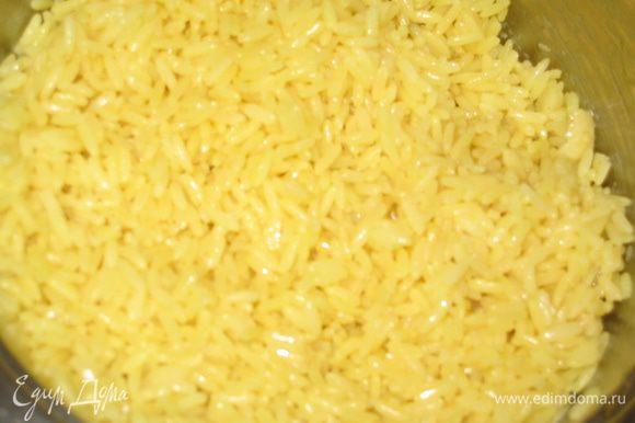 В это время отварить рис с карри: в кастрюле подогреть оливковое масло и сахар, всыпать рис, перемешать. Залить кипятком из расчета 1 к 2 (на 1 стакан риса - 2 стакана воды), посолить, накрыть крышкой и варить 20 минут на очень медленном огне. Выпускать пар и поднимать крышку нельзя