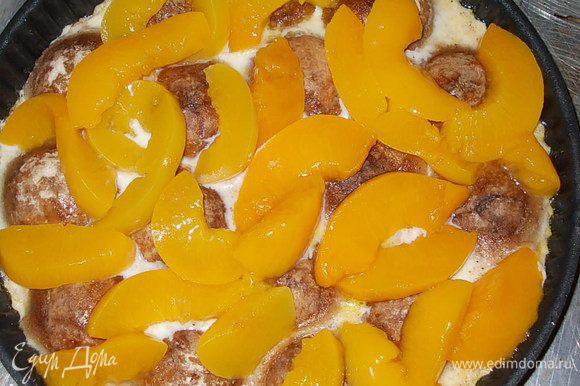 достать из духовки форму,выложить сверху персики