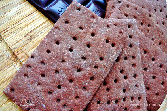 Приготовить печенье по рецептуhttp://www.edimdoma.ru/retsepty/41734-shokoladnyy-kreker .Кол-во приготовленного печенья зависит от размера вашей формы,от толщины слоя залитого мороженого.Моя форма для мороженого была длиной 30см и шириной 10.Толщина слоя мороженого была 3см.Соответственно чем тоньше слой мороженого тем больше форма,тем больше печенья Вам понадобиться.Мне понадобилась половина порции данная в рецепте http://www.edimdoma.ru/retsepty/41734-shokoladnyy-kreker.