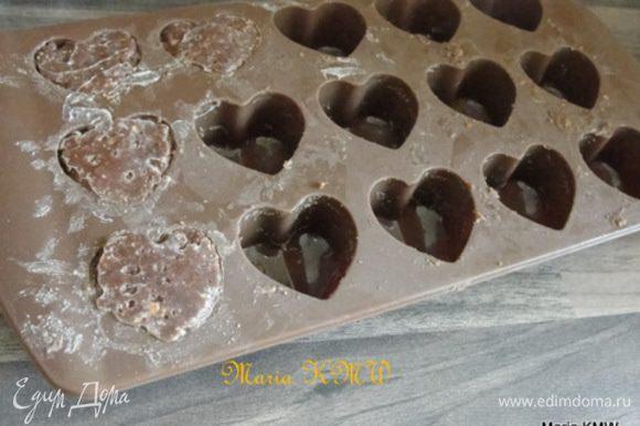 Растопить на водяной бане шоколад и сливочное масло. Измельчить вафли, овсянные хлопья и печенье в крошку. Соединить с шоколадно-сливочной массой, добавить миндальную муку и тщательно вымешать. Выложить в формочки. Обернуть пищевой пленкой и убрать в холодильник на 1 час.