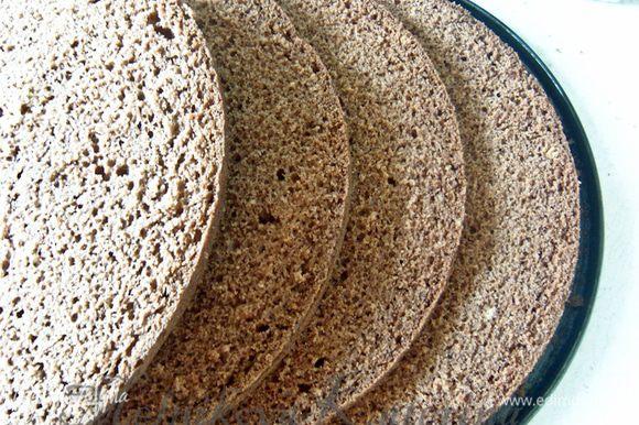 Испечь бисквит по рецепту Оксанки из предлагаемых продуктов (я уменьшила количество сахара и добавила какао): http://www.edimdoma.ru/retsepty/38182-vanilnyy-shifonovyy-biskvit. Бисквит разрезать на 4 равные части.