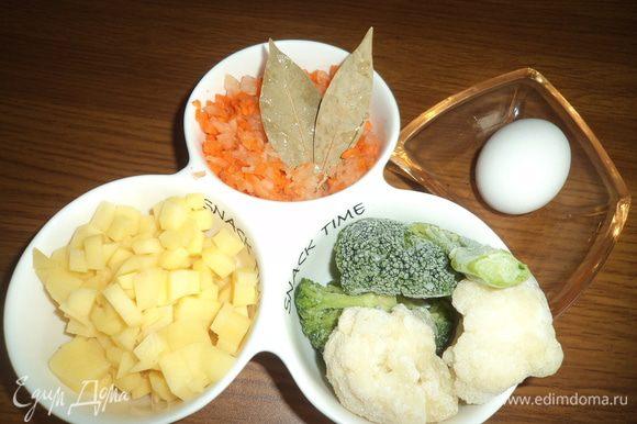 Очень мелко рубим морковь с луком. Картофель режем на маленькие кубики. Капусту отвариваем и разбираем на мелкие соцветия.