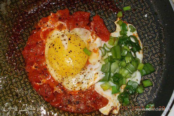 сверху разбить яйцо,добавить перец и соль,жарить до того,как белок затвердеет