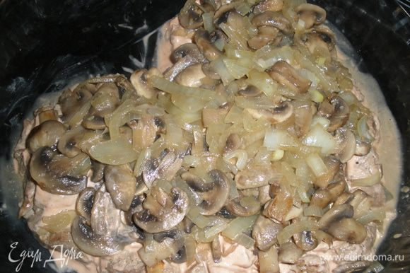 Затем выкладываем луково-грибную смесь. Также придаем форму сердца.