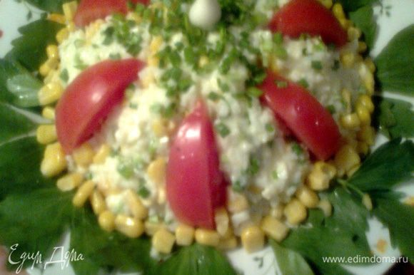 Выкладываем на листики петрушки,украшаем помидоркой,кукурузой и зелёными стебельками чесночка!