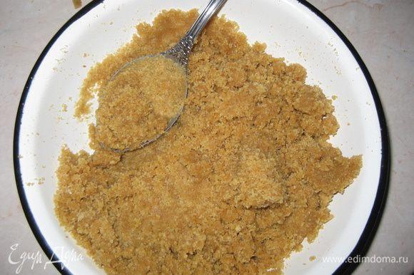 Соединяем печенье со сливочным маслом и хорошо перемешиваем.