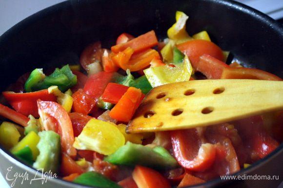 Добавляем в шурпу тушеные помидоры и сырую морковь. Снова берем сковороду и обжариваем в ней перец, репчатый лук и чеснок.