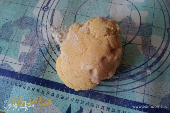 Сливочное масло натереть на терке и смешать с маслом и разрыхлителем. Добавить яйца взбитые с сахаром. Замесить эластичное тесто.
