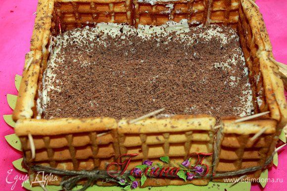 Потом выкладываем половину крема, разравниваем и натираем на мелкой терке слой шоколадной стружки.
