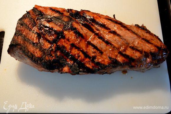 Готовить будем в духовке режим гриля или просто в духовке при тем-ре 200гр.В режиме гриля примерно каждую сторону по 8-10мин. Достанем говядину из маринада, выкладываем на противень или на ребра гриля и готовим.