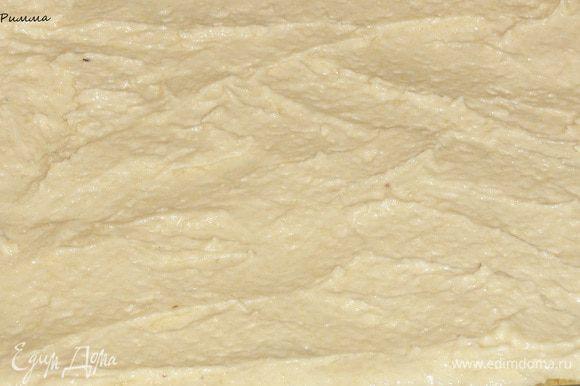 На выпеченную основу выложите половину крема, равномерно распределив на поверхности.