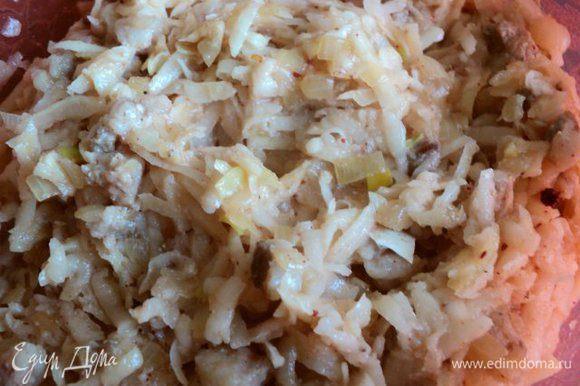 К отжатому картофелю добавить поджаренные лук с почеревком, измельченный чеснок, специи, соль, перец по вкусу, яйцо и манку. Хорошо все перемешать.