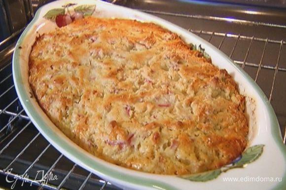 Выпекать пирог в разогретой духовке 30–40 минут.