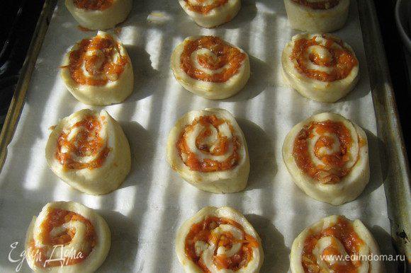 Духовку нагреваем до 170градусов.Противень выстилаем бумагой для выпечки.Выкладываем улитки,слегка прижимаем их сверху(если они деформировались)придавая круглую форму. Ставим в горячую духовку на 25-30минут.