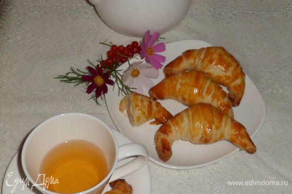 Смазать желтком каждый круассан и поставить в предварительно разогретую до 200 градусов духовку на 25 минут. Приятного чаепития!