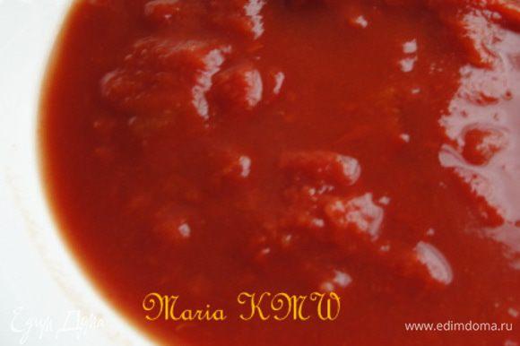 Выкладываем слегка обжаренные овощи в кастрюльку, добавляем очищенные от кожицы томаты. Заливаем бульоном и варим 15 минут на среднем огне. Приправляем солью, пряностями. Можно добавить немного сливок, вкус будет насыщенее и ароматнее.