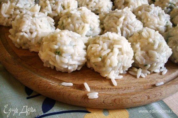 Из фарша формируем шарики, диаметром около 2 см. Каждый шарик макаем в слегка взбитое яйцо и обваливаем в рисе.