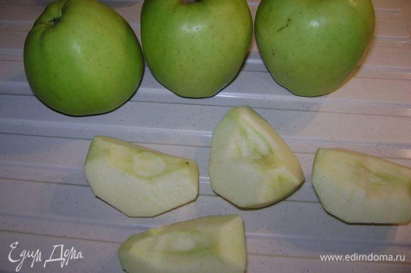 яблоки очистить от кожуры,yдалить плодоножку и вырезать сердцевину.Если яблоки маленькие,то пополам.Если большие,то на 4 части.