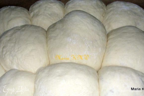Оставить на 1 час в теплом месте, прикрыв влажным полотенцем. Далее обмять тесто, сформировать хлеб или шарики из теста. Уложить на противень, дать тесту еще 1 час подойти.