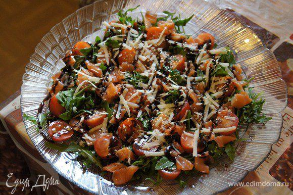 Сверху наш салат поливаем густым бальзамическим крем-соусом. И вуаля) Вкусный салат готов) Приятного аппетита))