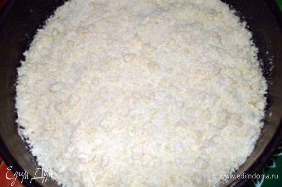 Тесто разделить на 2 части. Первую часть положить на дно формы, смазанной маслом.