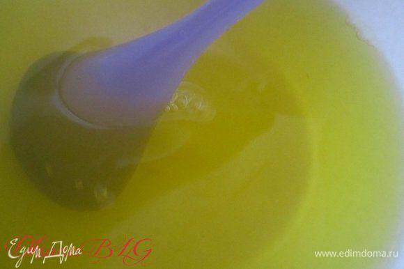 Лимонное желе залить 600 мл горячей воды, хорошо размешать чтобы растаял сахар и крупинки. Поставить в холодильник что бы желе застыло до состояния жидкого киселя.