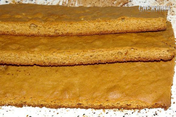 Выпеченный пласт разрезаем поперек на 2 или как у меня 3 коржа. Всё зависит от размеров противня и желаемых размеров торта.