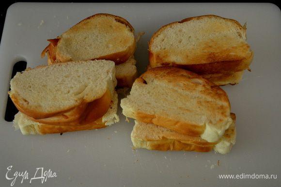 Хлеб поджаренный на тосторе разрезать на кубики. Я использовала итальянскую сладкую булку,кусочки которой меньше хлебного.Поэтому брала по 2 кусочка булки за один кусок хлеба.