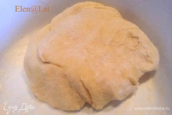 Ввести муку, соду, соль. Замесить тесто. тесто месить не долго, т.к. долгое вымешивание делает готовые изделия жесткими.