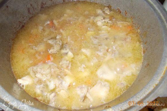 влить кипяток из расчета по отношению к рису 1:1, перемешать, добавить специи, накрыть крышкой