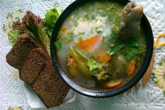 8. Разливаем суп по тарелкам, украшаем рубленой зеленью (оставшуюся отправляем в кастрюлю). Подавать с чесночными хлебцами и сметаной. Приятного аппетита!