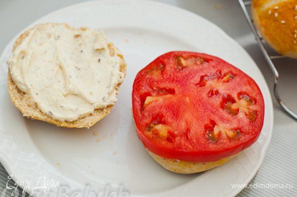 Теперь будем собирать наш бургер. Булочки разрезать пополам. Каждую половинку хорошо промазать соусом. На нижнюю положить кружок помидора.