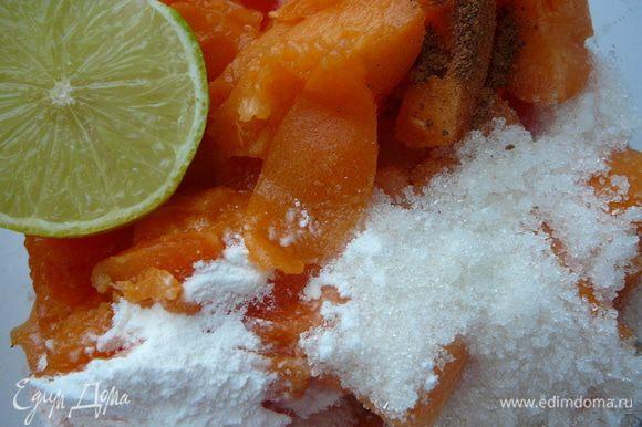 Нарезать абрикос кусочками,смешать сок лимона (лайма),оставшийся сахар (пол стакана),мускатный орех и крахмал.Мне попались абрикосы не очень сочные,потому я положила 3 ч.л. крахмала. Но как только в абрикосы добавить сок лимона и перемешать, выделилось очень много абрикосового сока:)