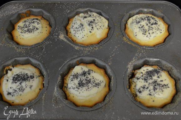 Затем выкладываем наш готовый сливочный сыр по 1 ст.л. в центр каждого кекса. А сверху на каждый кекс присыпаем маком. У меня хватило ровно на 16 кексов крупного размера. Выпекаем около 25 мин.
