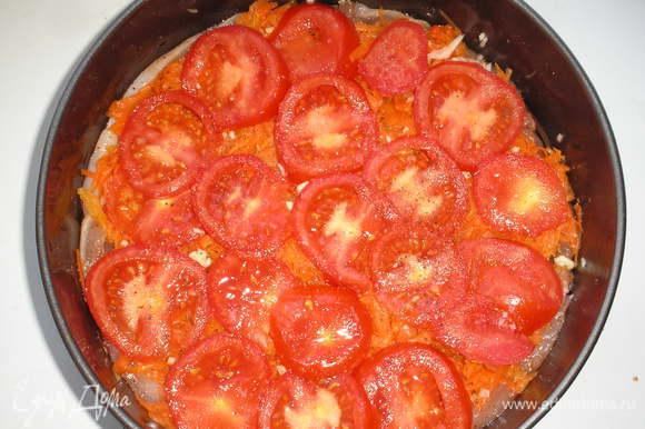 Далее на морковный слой выкладываем помидоры.