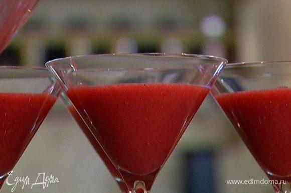 Разлить клубничную массу в бокалы или формочки и отправить в холодильник на 2 часа.