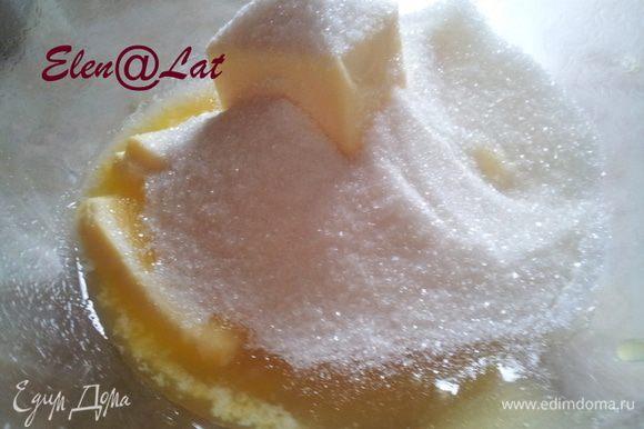 Взбить миксером сливочное масло с сахаром и медом.