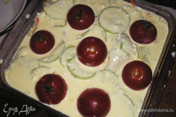 Сверху выкладываем целые помидорки, немного вдавливая их в пирог.