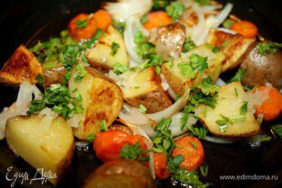 Для приготовления картофельного гарнира тщательно отмыть картофель и нарезать его крупно.Морковь очистить и также крупно нарезать.Лук нарезается вдоль дольками.В сковороде прогреть оливковое масло и отправить в него все овощи.Обжаривать на среднем огне до готовности.Посолить.Кинзу(укроп)и чеснок измельчить и присыпать ими готовый картофель.Крышкой сковороду не накрывать,чтобы не потерять свежего аромата чеснока.