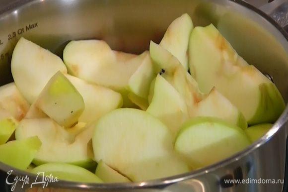 В небольшую кастрюлю влить стакан воды, добавить яблоки, довести до кипения и убавить огонь до самого маленького.