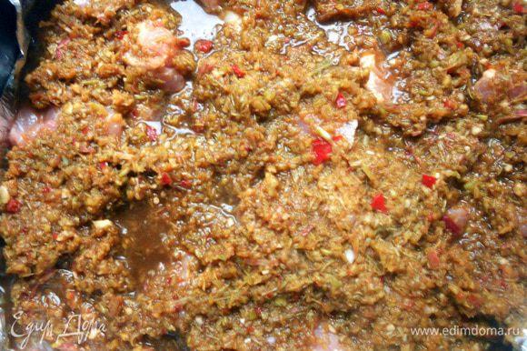 Выложить мясо в жаропрочную форму, поверх распределить пасту. Долить немного (~250+- воды). Накрыть крышкой/фольгой и поставить в духовку, разогретую до 180С, на 1,5 часа. В процессе мясо можно пару раз перевернуть, поближе насладиться потрясающими ароматами:)Готовое мясо (без соуса) можно обжарить в сковороде, с добавлением масла, до появления желаемой корочки, впрочем, это необязательный шаг. Подавать можно, например, с пшеничной лапшой - отлично сочетание!