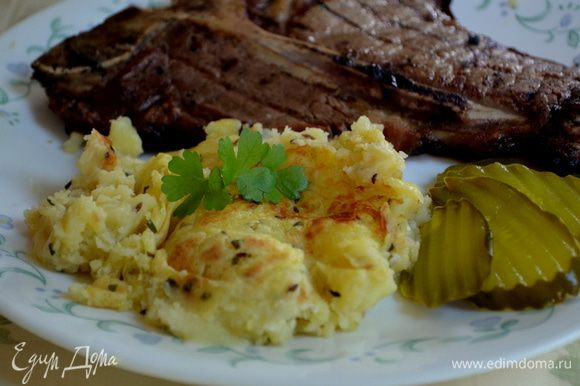 Разрезаем порционно и подаем к столу, либо можно выложить одним кругом на общую тарелку с зелен.листьями салата.