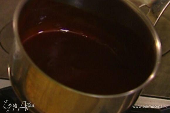 Добавить сливочное масло и прогревать на огне, пока шоколад не растопится.