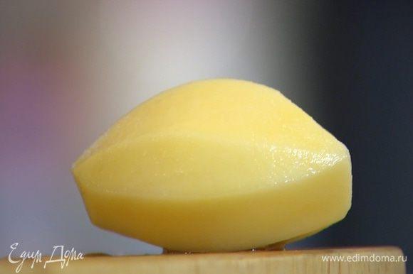 Картофель почистить и порезать небольшими кубиками.